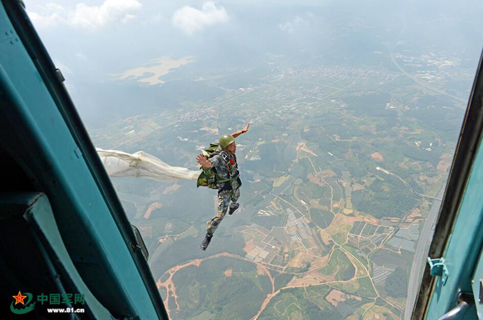大鹏展翅!解放军特战队员高空跳翼伞
