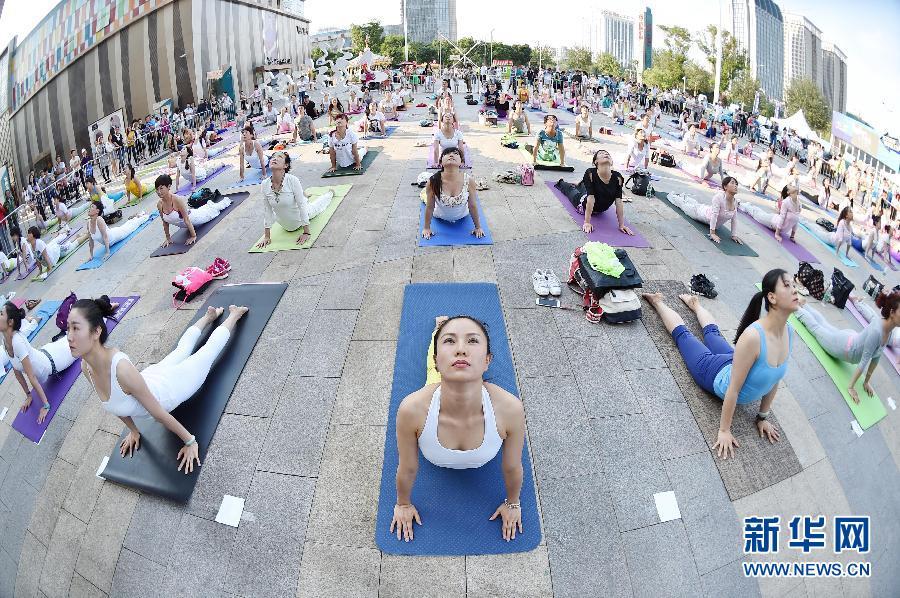 (社会)(1)户外练瑜伽