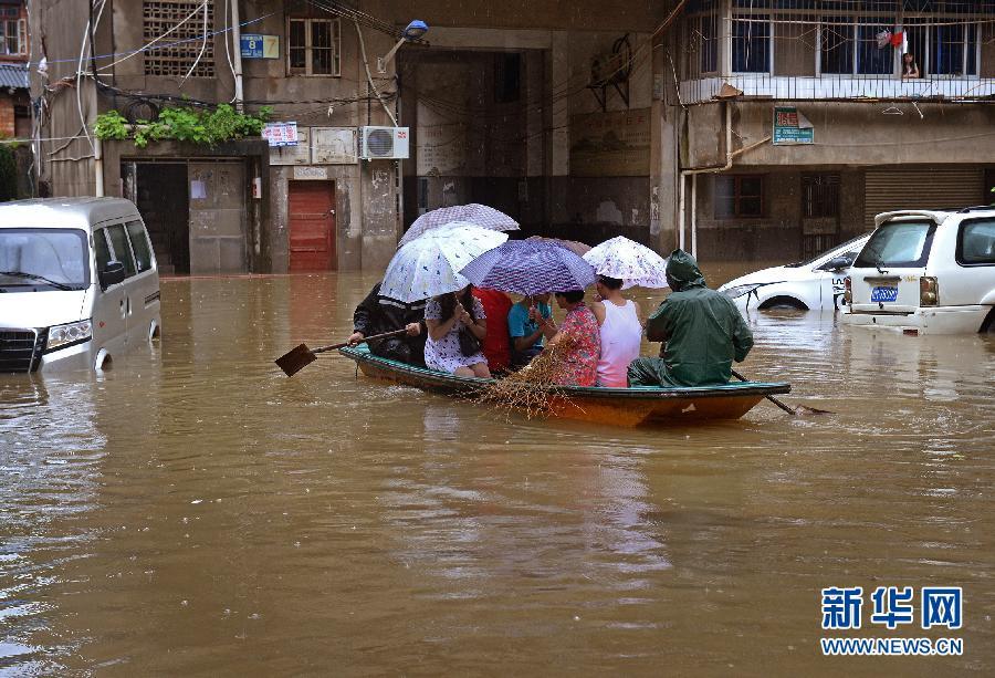 (生态)(1)江西南昌遭暴雨袭击 部分地区积水严重