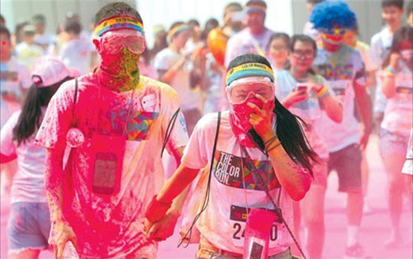 This file photo shows a couple covered in powder taking part in last year's Color Run in Shanghai. The Shanghai Oriental Sports Center has withdrawn from this year's event citing safety concerns in the wake of the deadly inferno at a Taiwan water park. (Photo/Dong Jun)