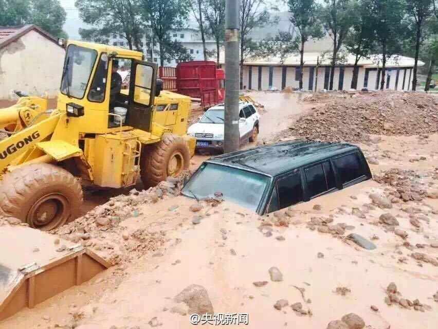 甘肃突降暴雨引发泥石流 18户民房被毁