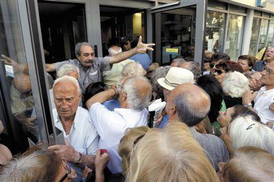 当地时间2015年7月2日,希腊克里特岛,民众在银行外排队等待领取养老金。