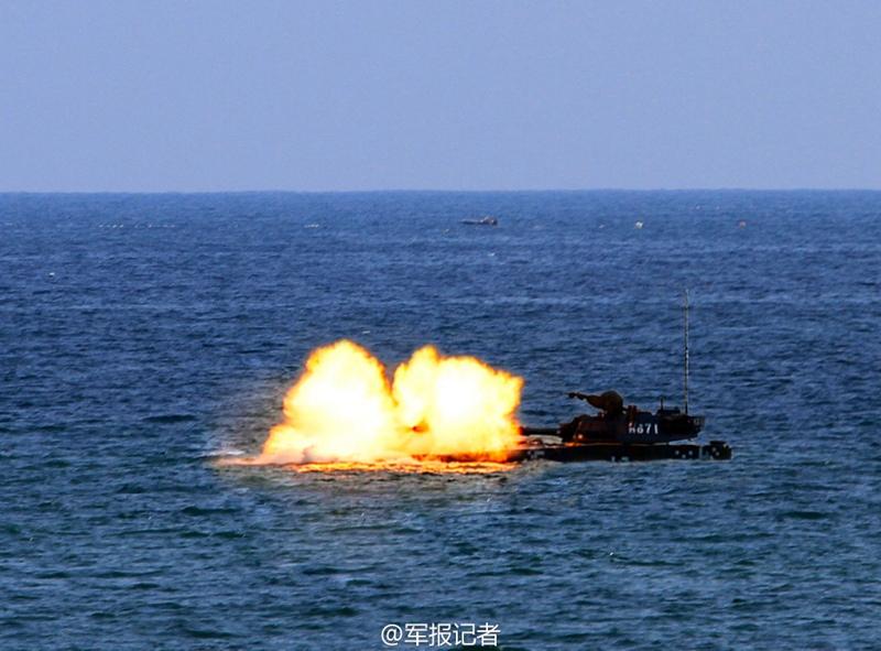 高清:实拍海军陆战队两栖突击车精确射击 炮弹裂空【3】