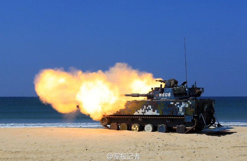 高清:实拍海军陆战队两栖突击车精确射击 炮弹裂空