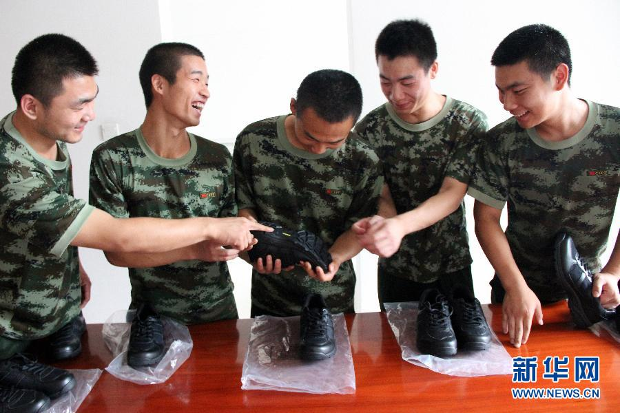 """(图文互动)(1)新式武警作训鞋列装 """"解放胶鞋""""即将""""退役"""""""