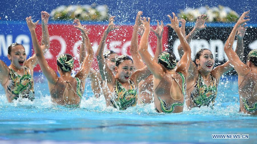 Team China competes during the team free final of the synchonised swimming at the FINA World Championships in Kazan, Russia, July 30, 2015.