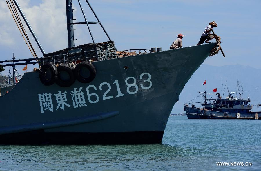 Fishing boats are ready to set sail from Tongling port in Dongshan County, southeast China's Fujian Province, Aug. 1, 2015. A three-month seasonal fishing ban in the sea area south of 26.5 degrees north latitude was lifted on Saturday.