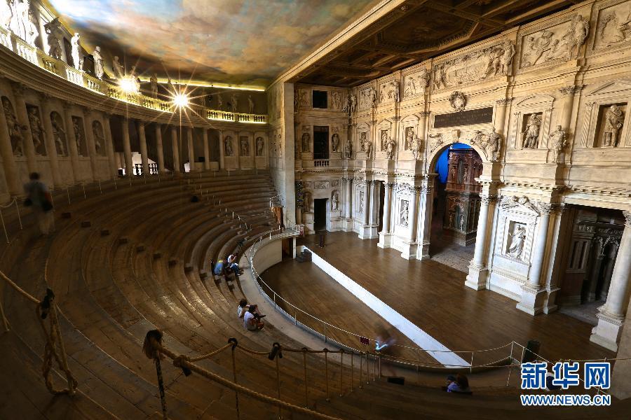 帕拉迪奥/7月28日,在意大利维琴察,人们在奥林匹克剧院参观。