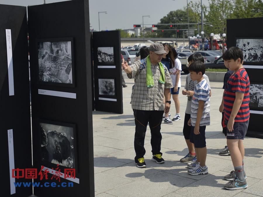 百余张抗日战争历史图片在首尔展出 韩国老人