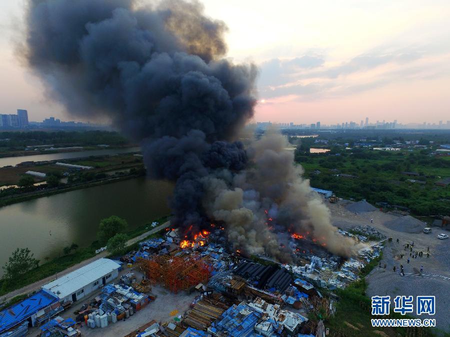 #(突发事件)合肥骆岗机场废旧堆放物失火