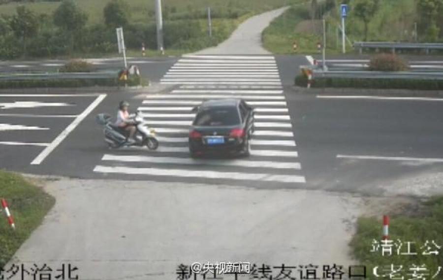 江苏一女子骑摩托车玩手机 被撞飞瞬间