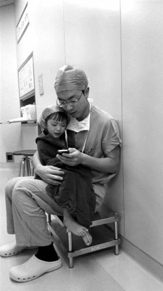 在医生的安抚下,小女孩从哭泣变得平静。微博截图