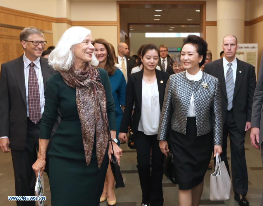 Peng Liyuan (R, Front), wife of Chinese President Xi Jinping, visits the Fred Hutchinson Cancer Research Center in Seattle, the United States, Sept. 23, 2015.