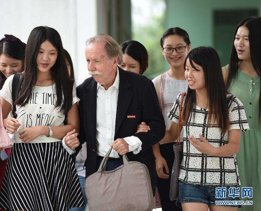 (社会)(1)美籍外教来华三年 酷似爱因斯坦走红网络