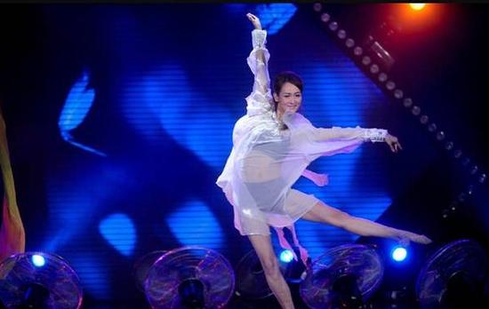 闫博雅此前节目中穿透视装热舞