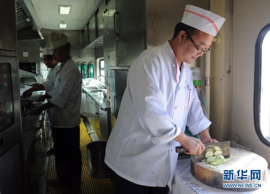 (社会)(4)京藏列车运营9年多 运送旅客929万多人次
