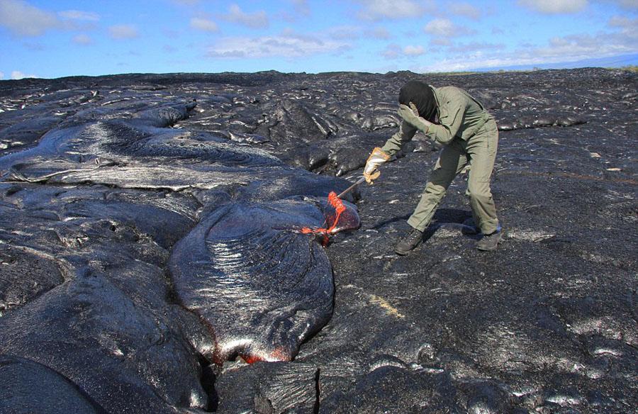 实拍科学家冒高温从火山取熔岩样本