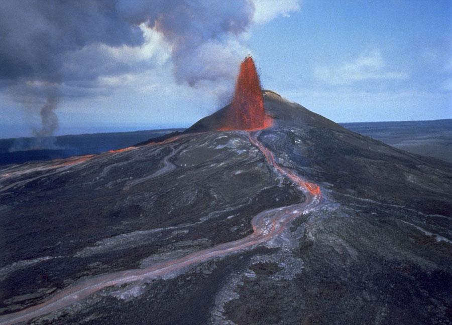 实拍科学家冒高温从火山取熔岩样本【2】