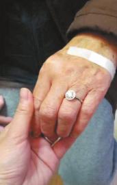 88岁老人买一克拉钻戒送85岁妻子:老伴喜欢(图)