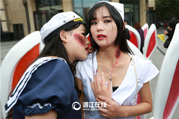 girls dress up for halloween in e china