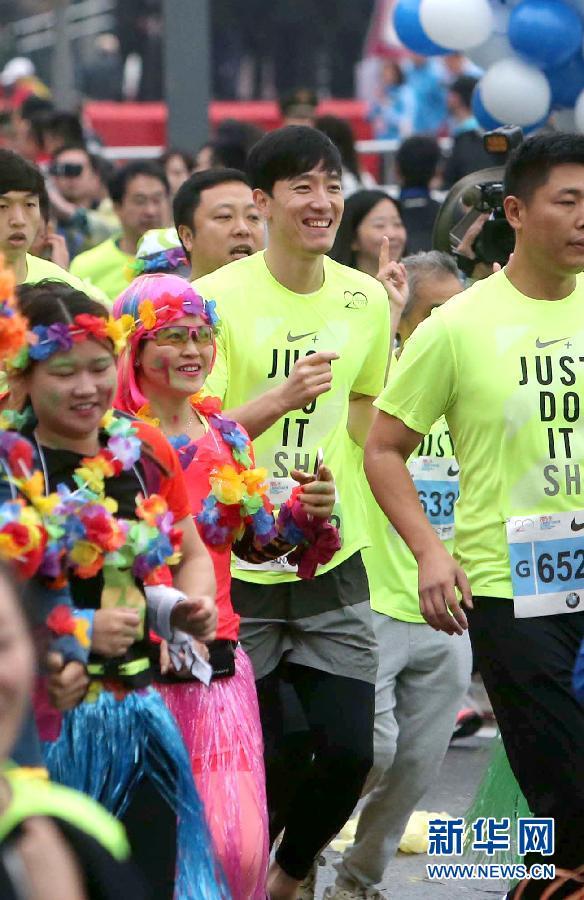 (体育)(1)马拉松――2015上海国际马拉松赛在沪鸣枪