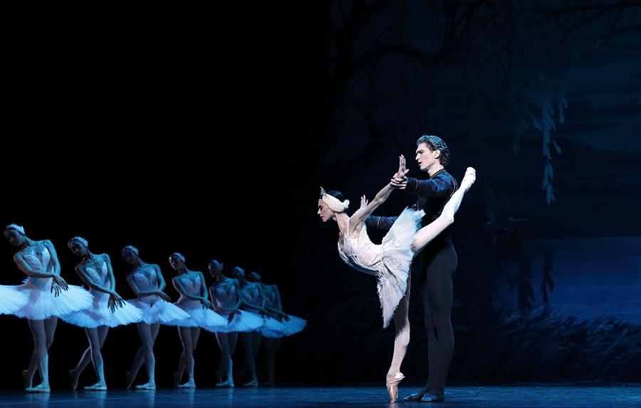 Top ballet dancers light up Beijing stage