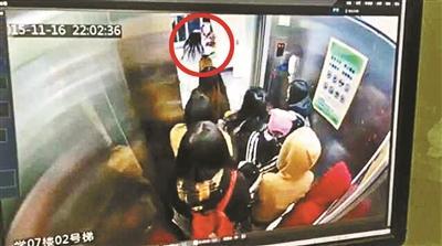 女大学生乘电梯遭同学泼冷面 两人斗殴引围观