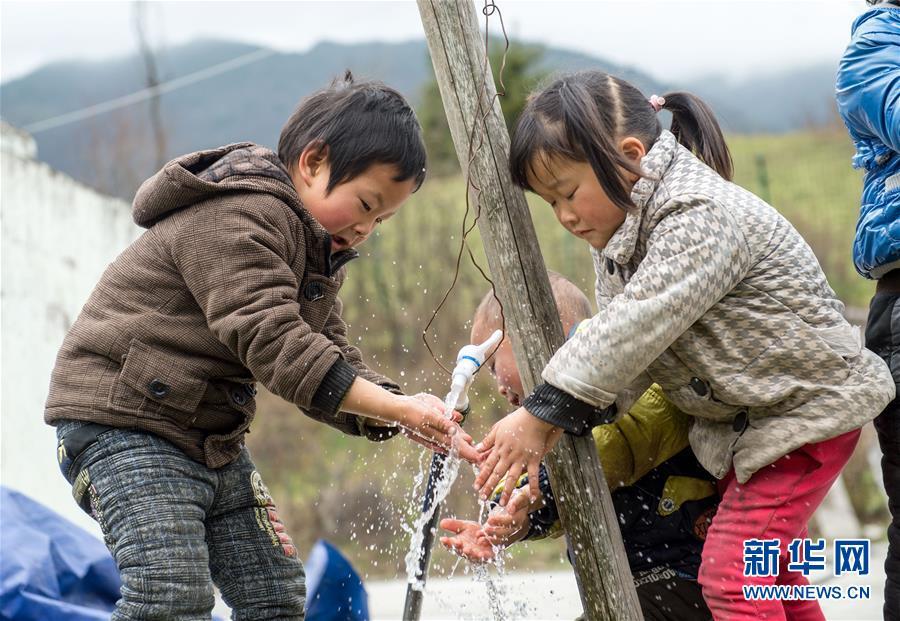 """是教师也是厨子 贵州乡村教师坚守十年 """"放飞""""学生梦想"""