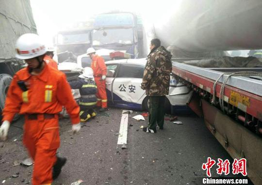 山西高速公路29车相撞已造成4死5伤(组图)