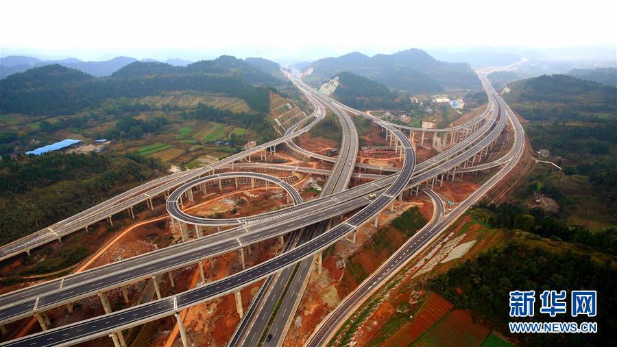 这是12月9日拍摄的四川遂西高速遂宁双江枢纽互通(航拍照片).图片