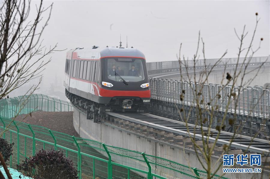 (城乡热点)(1)中国首条中低速磁浮铁路试运行
