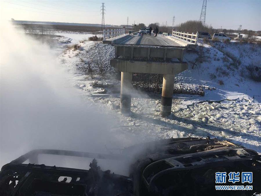 #(突发事件)(1)齐齐哈尔富裕县一跨河大桥发生坍塌 两车坠桥