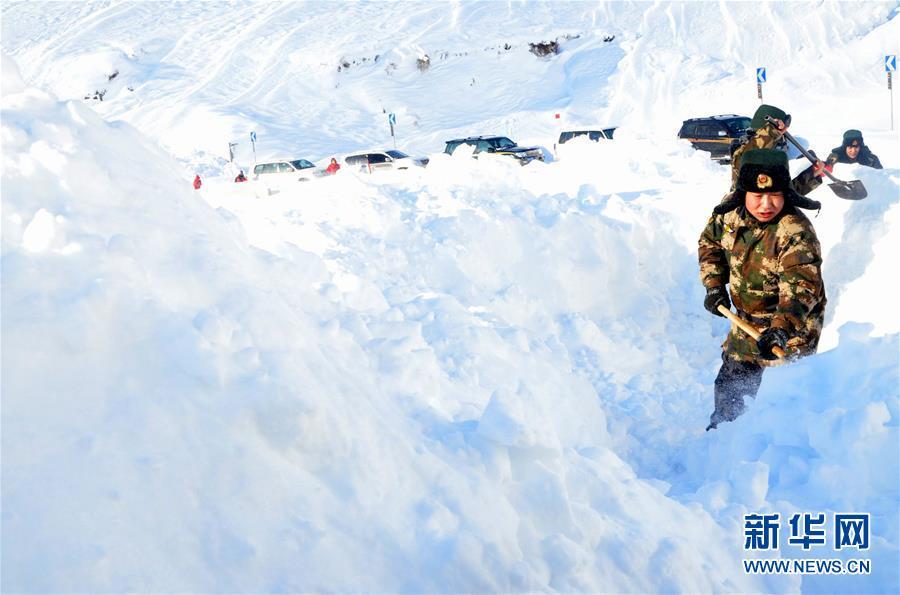 #(社会)(1)新疆阿勒泰:游客遭遇雪崩被困  边防官兵紧急救援