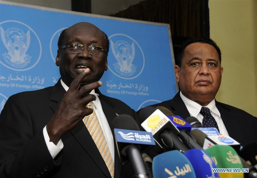 Sudan's Foreign Minister Ibrahim Ghandour (2rd L) and South Sudan's Foreign Minister Barnaba Benjamin (1st R) hold talks in Khartoum, Sudan, Jan. 3, 2016.