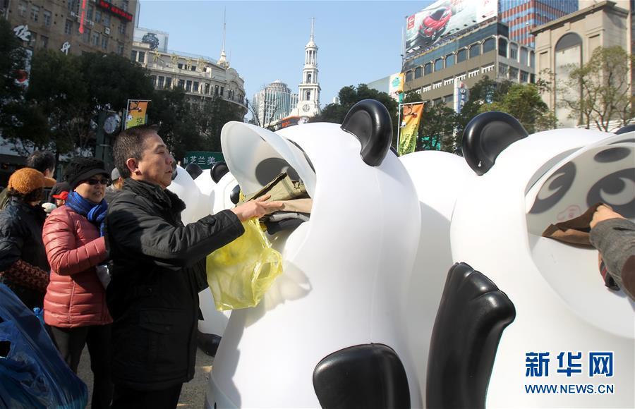 1月8日,市民将自家旧衣投进回收箱。新华社记者刘颖摄