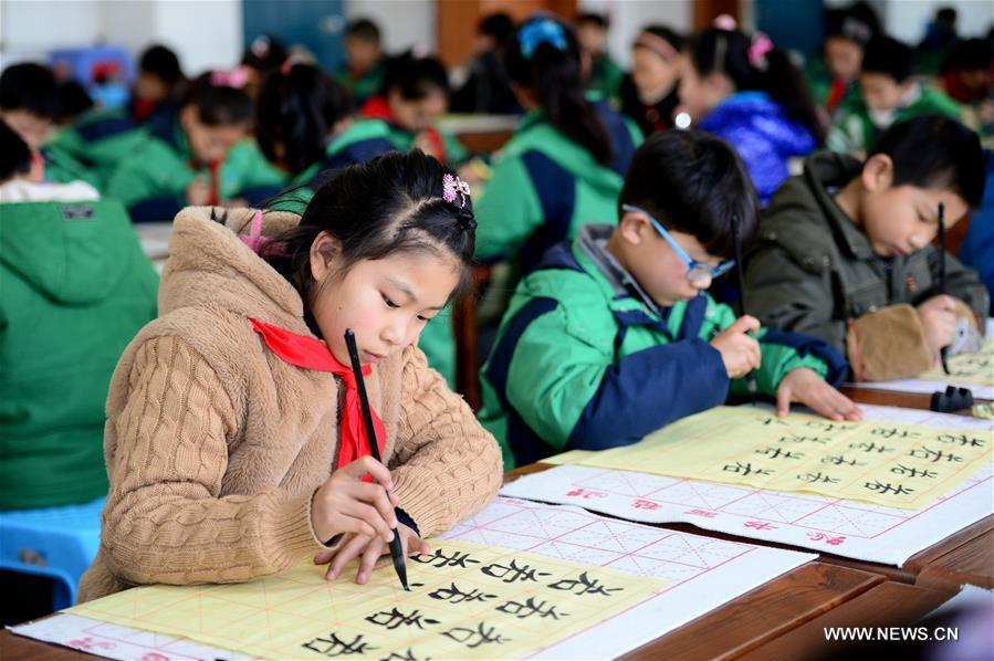 Students practice traditional Chinese calligraphy in E China ...
