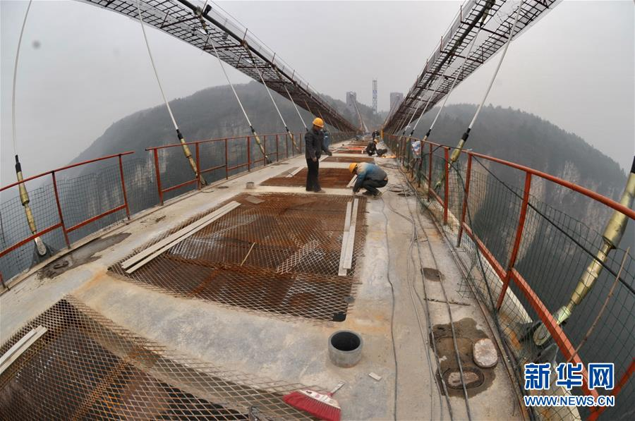 (经济)(1)张家界大峡谷人行玻璃桥进行桥面施工