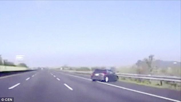 车子撞护栏 驾驶员从车中飞出瞬间