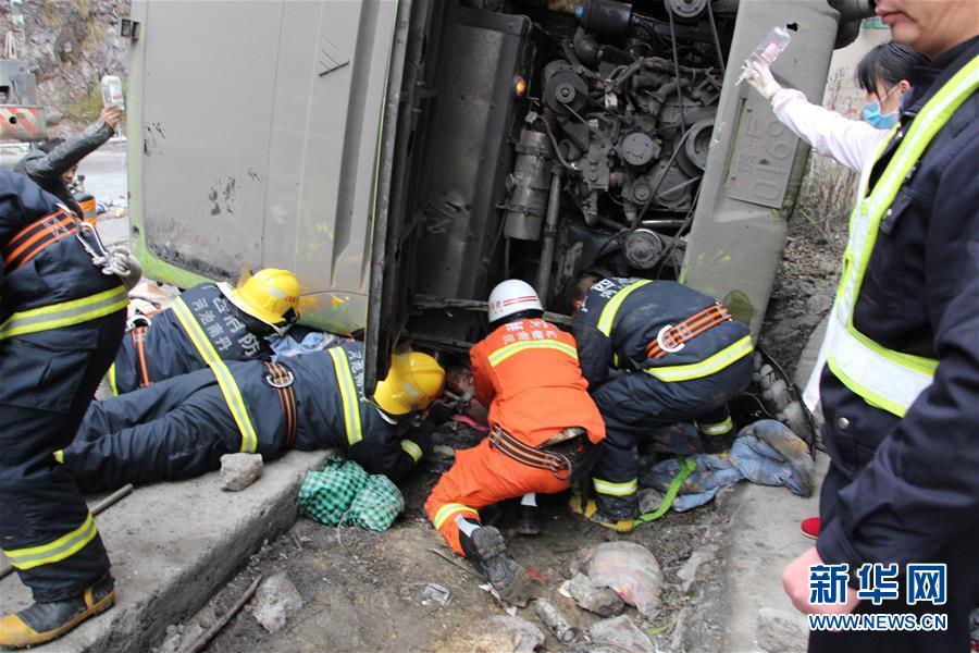 #(突发事件)(2)广西南丹一过境大客车侧翻 已造成6人死亡多人受伤