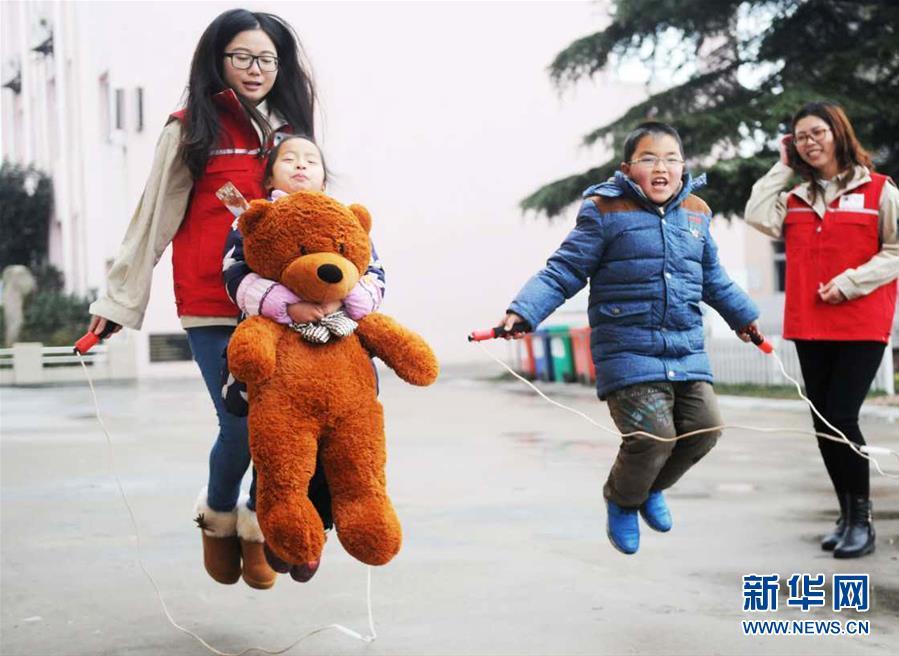 (新华网)站好节前一班岗 温暖留守儿童心