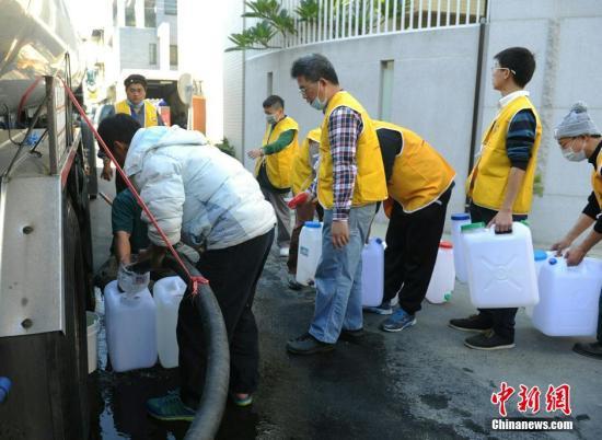 2月8日,台南仍有地区受到地震灾害造成停水。自来水公司特派运水车,为民众提供取水。 <a target='_blank'  data-cke-saved-href='http://www.chinanews.com/' href='http://www.chinanews.com/'><p  align=