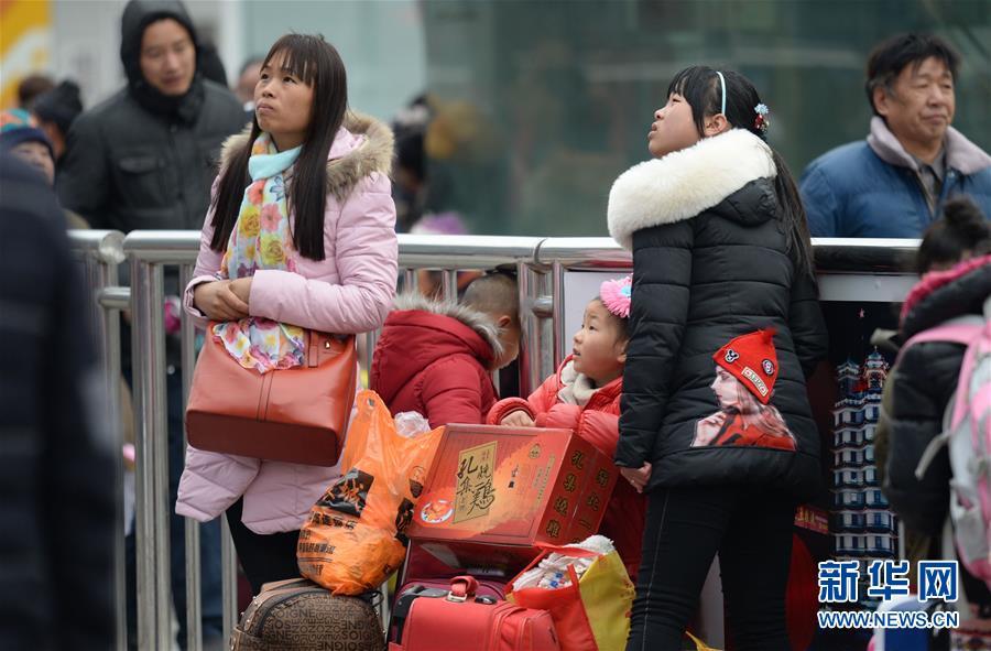 (关注春运)(32)全国各地迎来返程客流高峰
