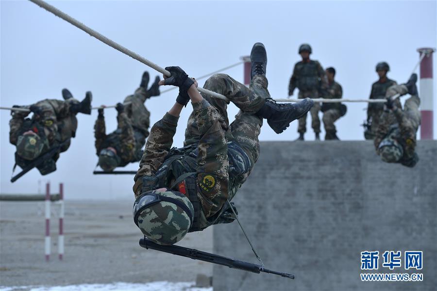 #(军事)(1)新疆喀什:武警特战队员开展极限训练