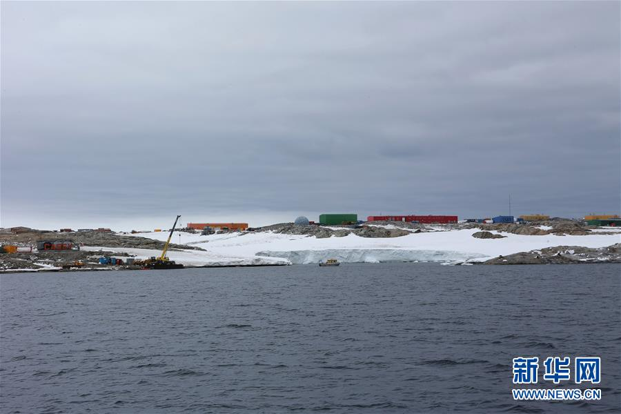 """(第32次南极科考)(4)""""雪龙""""号抵达澳大利亚凯西站为其运送物资"""