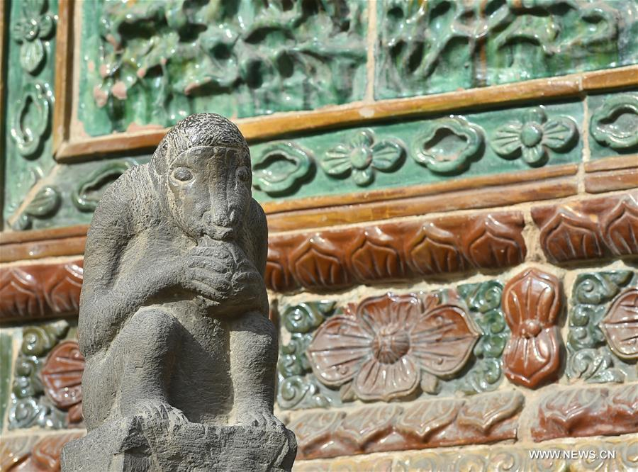 More than 40 stone monkey carvings and sculptures at the Guandi Temple have attracted many tourists here as stone monkey is regarded to be a sign of good luck in Chinese folk culture