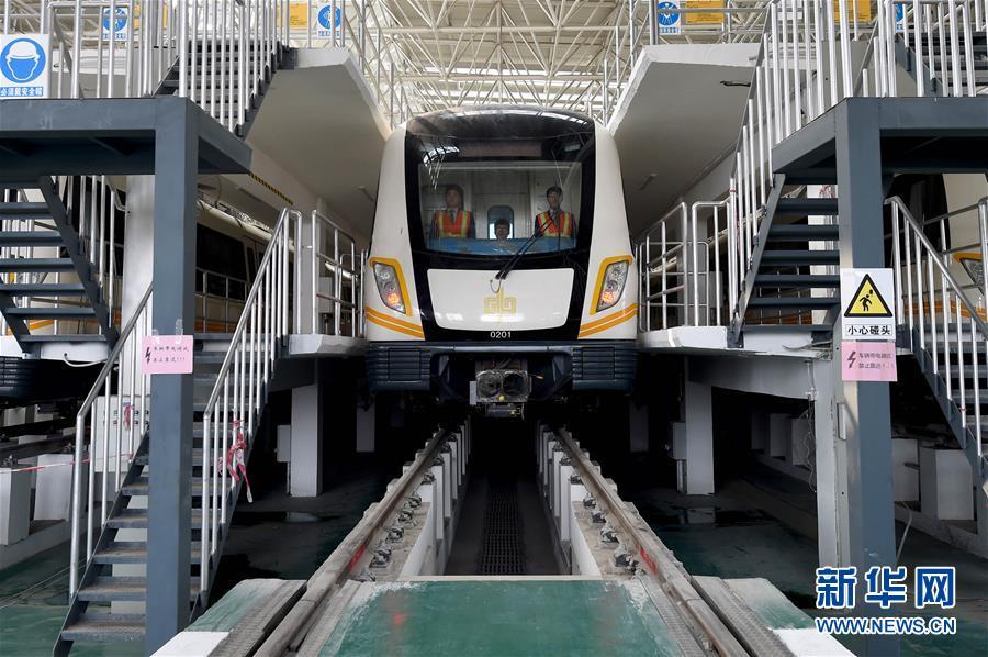 郑州 地铁/3月16日,工作人员在调试郑州地铁2号线一期工程列车。
