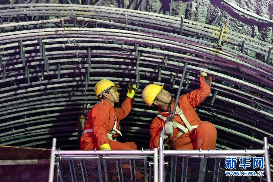 郑州 地铁/3月16日,施工人员在郑州地铁2号线一期工程工地作业。