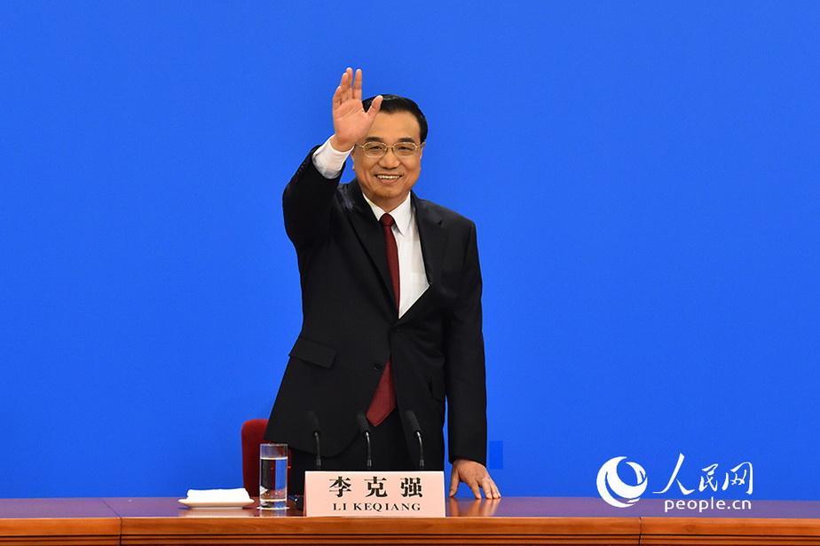 国务院总理李克强与媒体打招呼