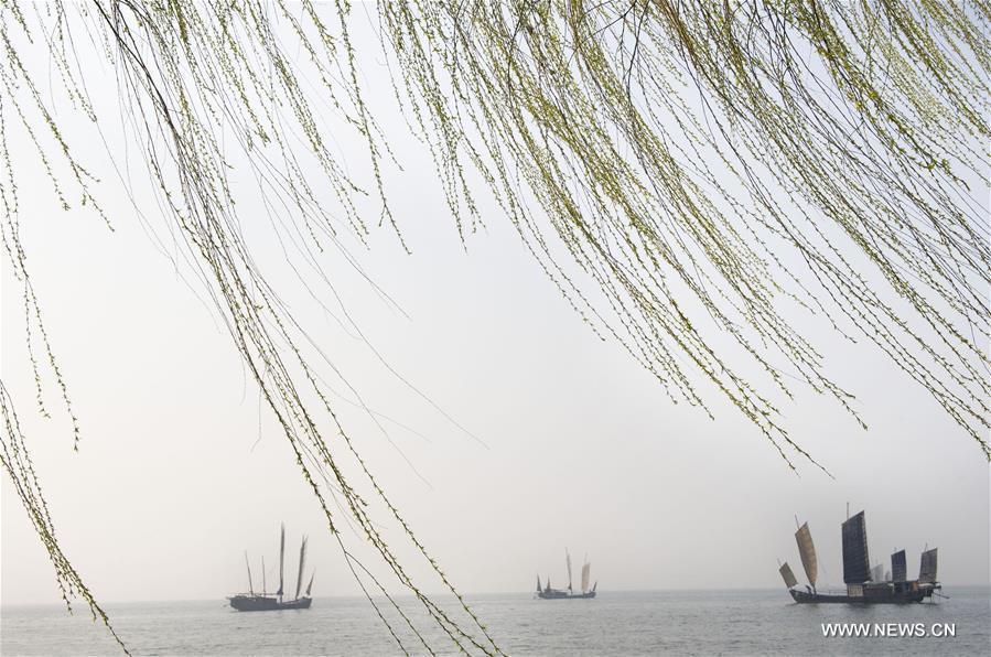 Boats sail on the Taihu Lake in Wuxi, east China's Jiangsu Province, March 28, 2016