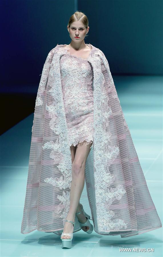 Models present wedding dress during China Fashion Week (7 ...